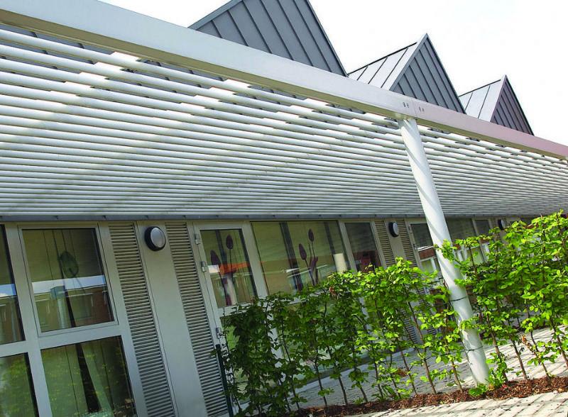 In basisschool 't Schakeltje in Dilsen-Stokkem werden de roosters gecombineerd met zonwerende luifels.