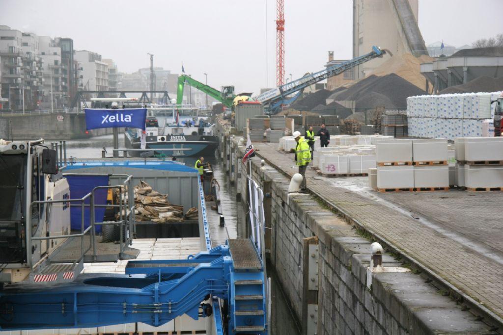 Buitenmuren van Brussels residentieel project op kanaal Brussel Schelde gespot