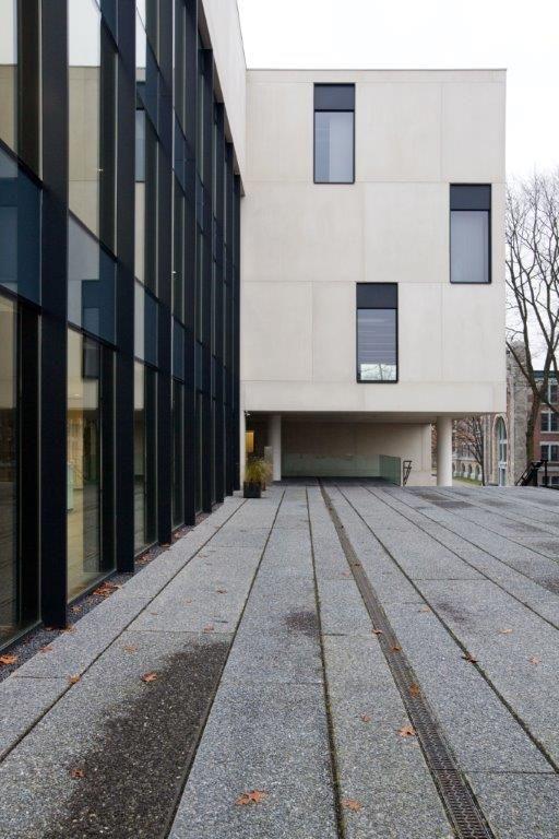 """""""Je ziet eigenlijk maar drie materialen: ramen in antracietkleur, zwarte betonnen panelen op het dek of terras en beige beton"""", aldus Jascha Rondou. (Beeld: Yannick Milpas)"""