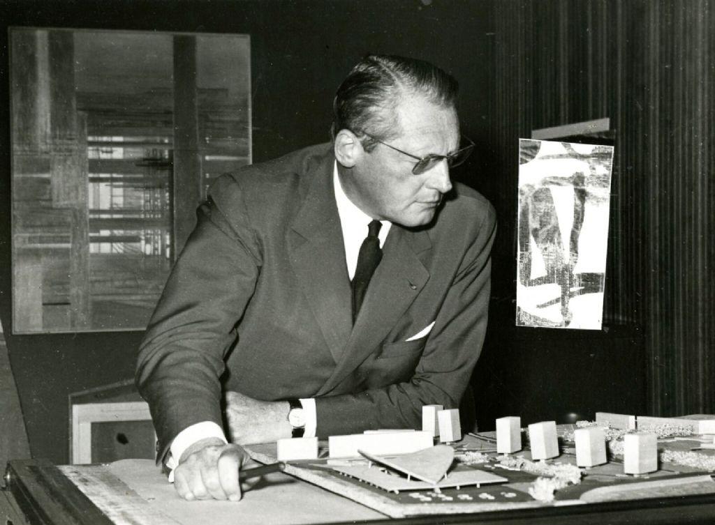 Léon Stynen met de maquette voor het economisch centrum aan de Wezenberg.