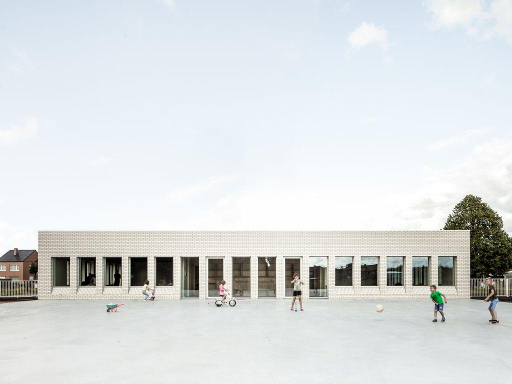 Beheerste reconversie van oude staatsschool creëert nieuwe naschoolse speelomgeving (B-ILD)