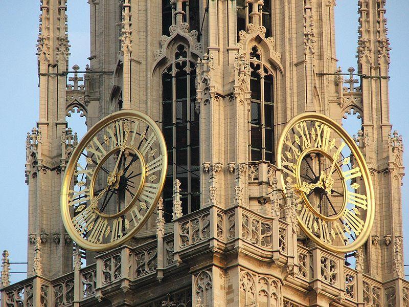 De kerkklok op de 123 meter hoge toren.