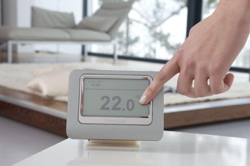 Bij de Evohome zorgt een netwerkje dat wordt aangelegd tussen de centrale thermostaat en een serie elektronische koppen op de radiatorkranen ervoor dat je de temperatuur in meerdere ruimtes individueel kan aansturen.