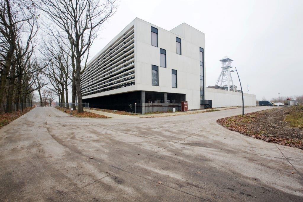 Aan de zuidzijde voorzagen de architecten vaste betonnen lamellen als zonwering. (Beeld: Yannick Milpas)