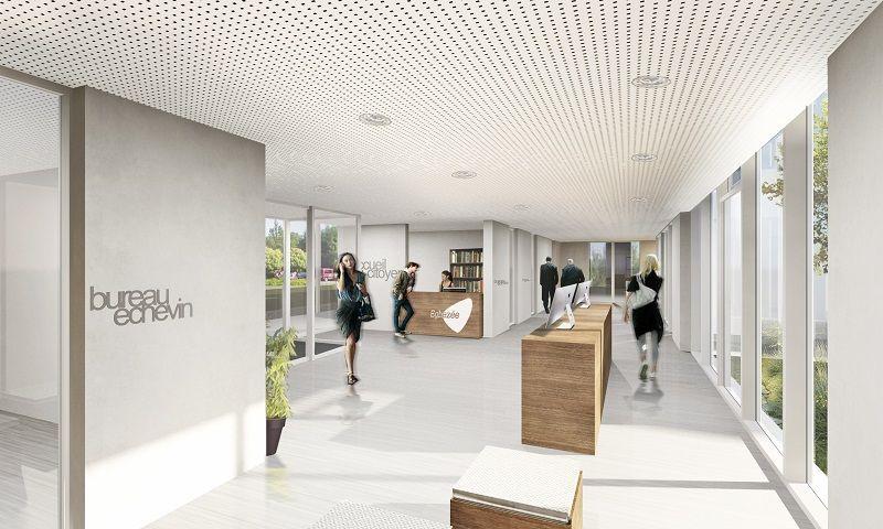 Un généreux couloir distribue les différentes fonctions. Faisant office de « salle des pas perdus », cet espace de circulation est logé en façade, derrière une façade vitrée.