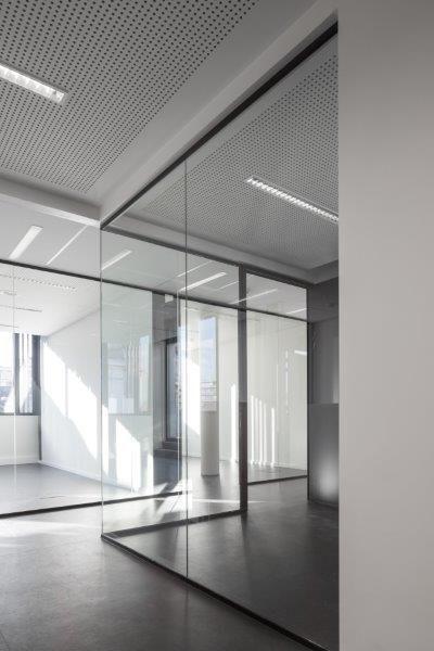 Inertieverhogende plafonds met geïntegreerde PCM-platen reguleren de binnentemperatuur. (Foto: Stijn Bollaert)