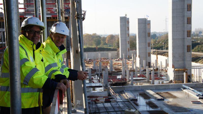 Jan Claesen (l) en Kurt Van den Plas (r) vertegenwoordigen het ziekenhuis en de ruwbouwaannemer.
