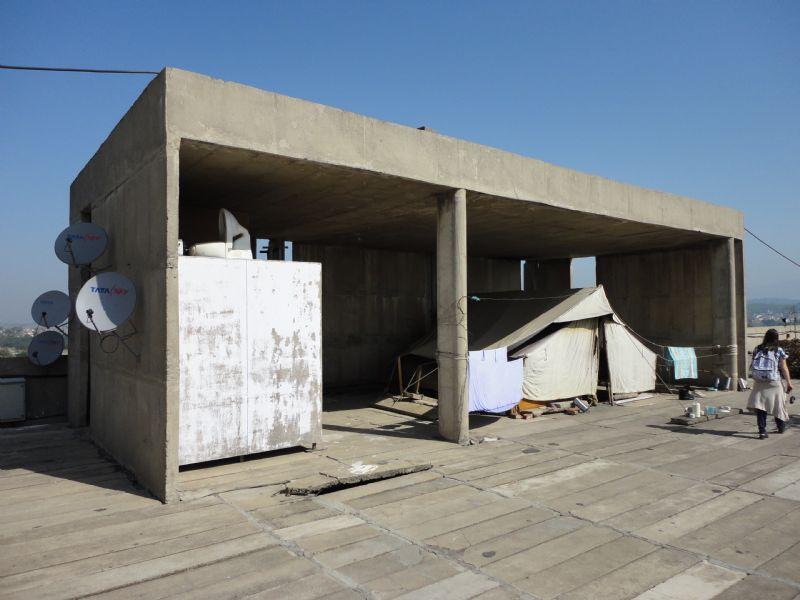 Chandigarh: informele bewoning op het moderne secretariaatsgebouw ontworpen door Le Corbusier.