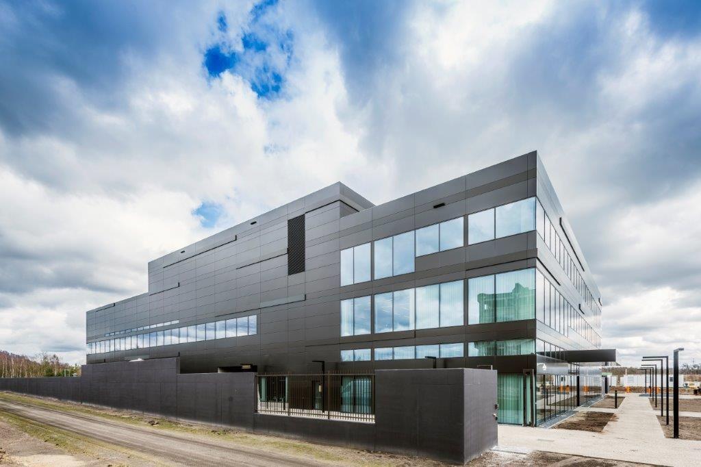 Het EnergyVille 2-gebouw is integraal gewijd aan technologieontwikkeling voor energieopwekking met dunne-filmzonnecellen, intelligente en/of geïntegreerde PV-modules en nieuwe batterijen voor lokale energieopslag. (Beeld: Houben)