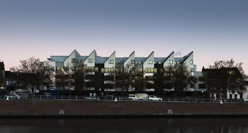 De witte façade van het gebouw doet denken aan een zeilschip.