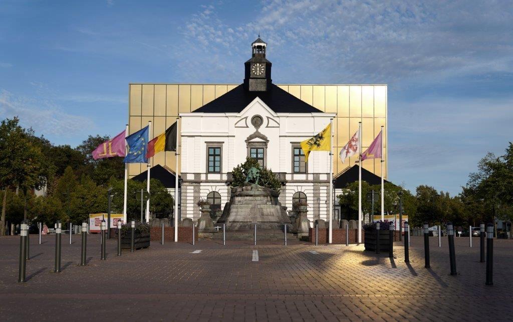 Het nieuwe gemeentehuis van Leopoldsburg is een mix van historische grandeur en stijlvolle nieuwbouw. (Beeld: Philippe Van Gelooven)