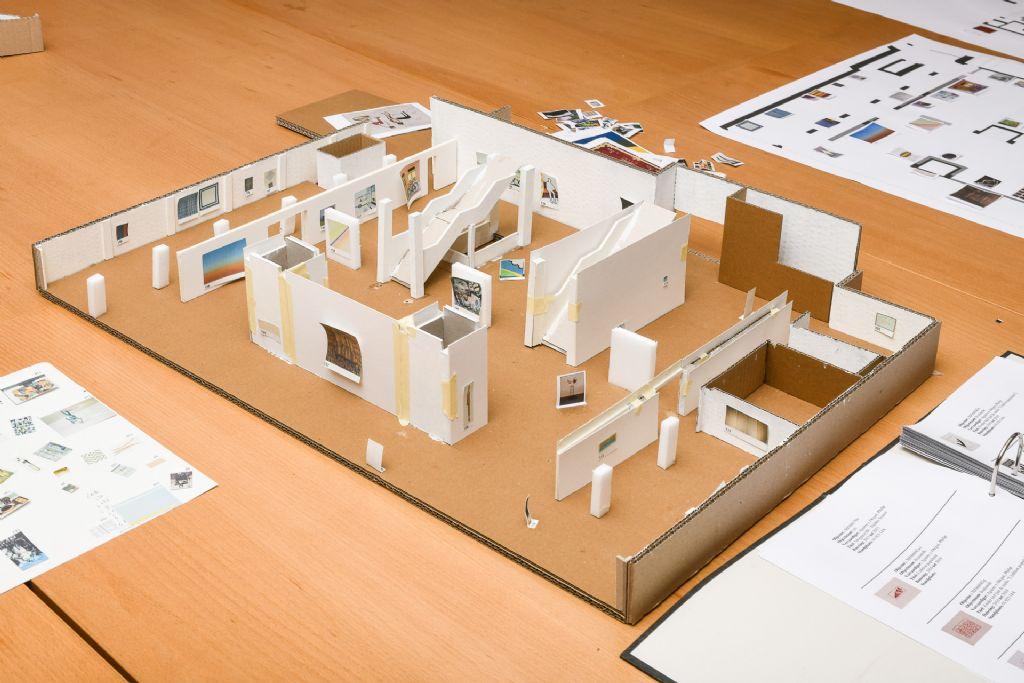 Tijdens de renovatie werd een nieuwe werkvorm aangewend die de verwachtingen ten volle inloste: terwijl er op bureau en met de curatoren in de maquette verschillende scenario's werden uitgetest, werden er op locatie muren verplaatst.