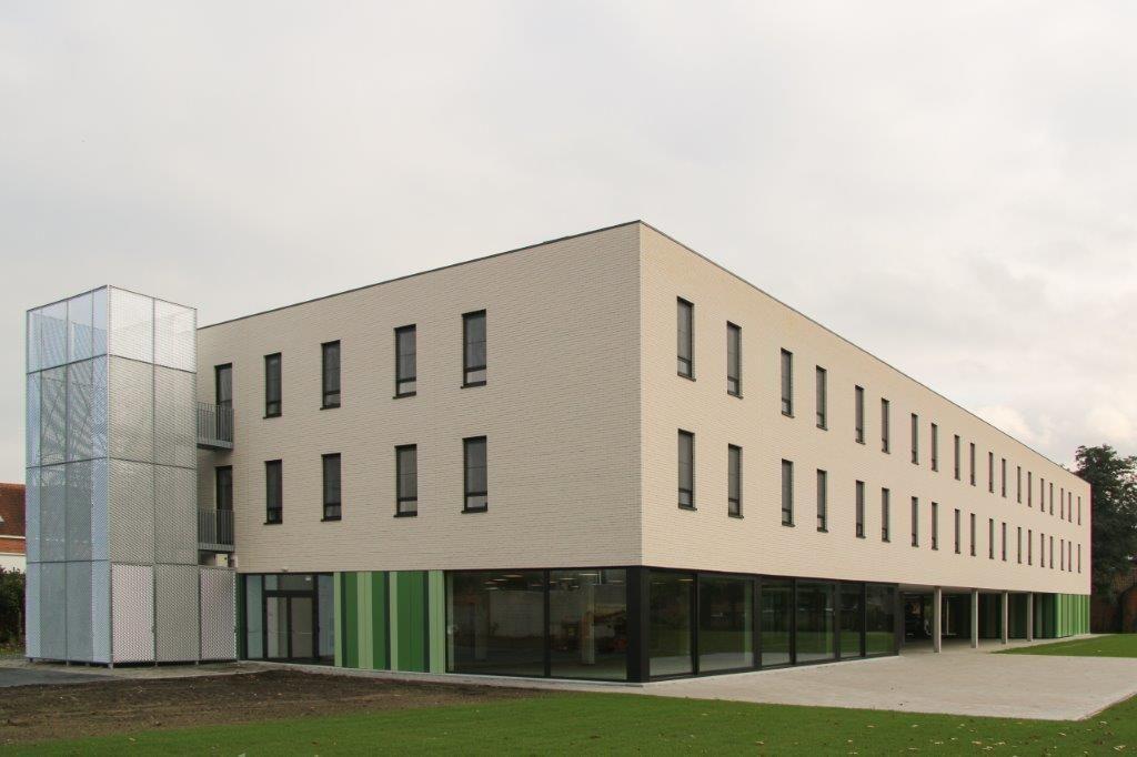 De negentig kamers zijn ingericht aan de vier zijden van het gebouw en zijn verdeeld over twee vleugels en twee symmetrisch opgedeelde verdiepingen. (Beeld: Archiles architecten)