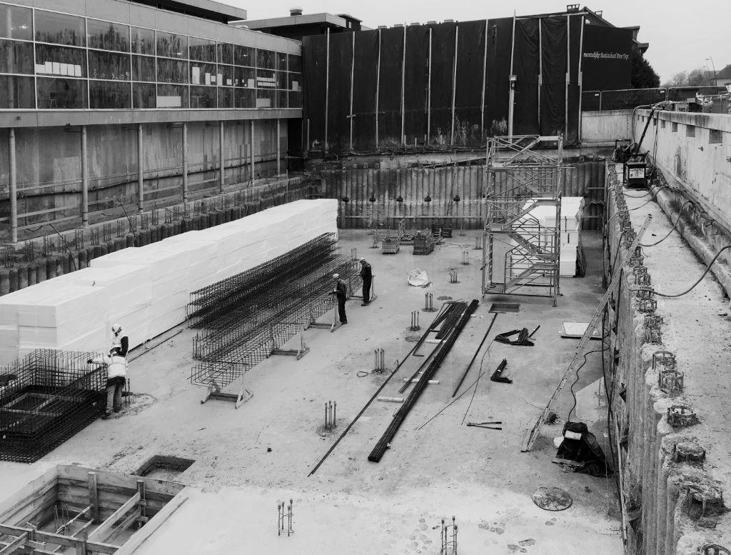 De bouwput voor de sportzaal was indrukwekkend.