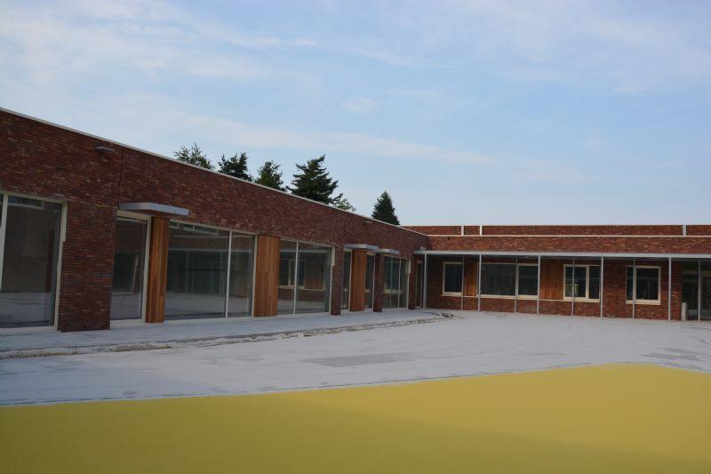 De klaslokalen bevinden zich in de benen van de U .