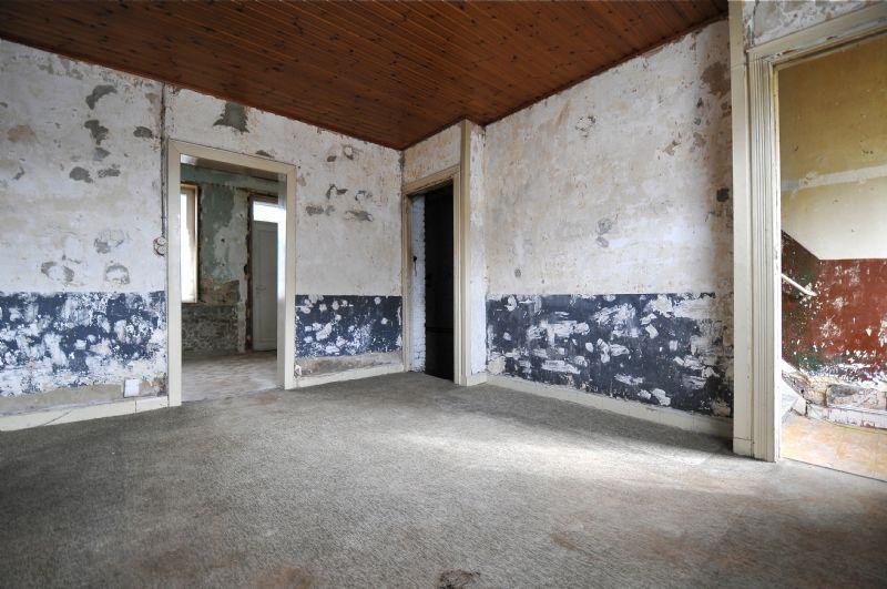 De woonkamer voor de renovatie.