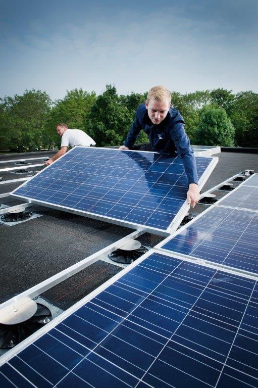Bitumineuze platte daken zijn uitermate geschikt voor de plaatsing van zonnesystemen aangezien ze gemakkelijk beloopbaar zijn en veilig onderhoud van de zonnesystemen toelaten.