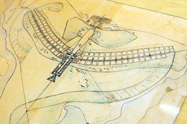 """""""Het stadsplan heeft de vorm van een adelaar met uitgestrekte vleugels (volgens de enen) of van een vliegtuig (volgens de anderen)."""""""
