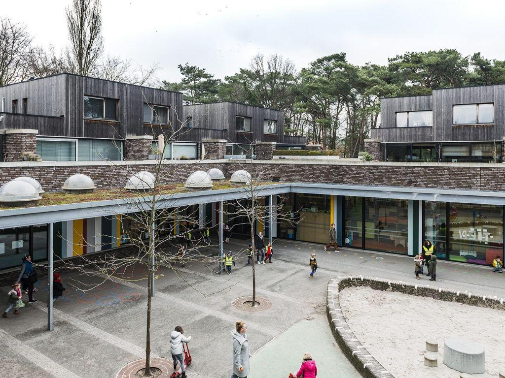 Een van de voorbeeldprojecten op RuimtelijkRendement.be is dit project in Brasschaat dat een basisschool combineert met 26 betaalbare duplexwoningen.