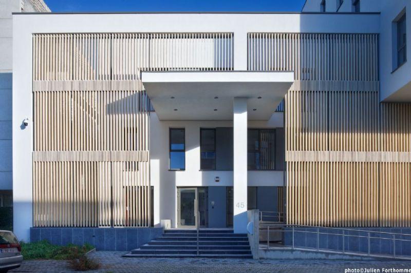 Het nieuwe  politiecommissariaat in Sint-Jans-Molenbeek dat BAEB ontwierp kreeg een eervolle vermelding in de categorie Energie- en Gematigd Klimaat.