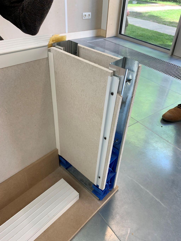 Bij één van de gebruikte wandsystemen worden houten platen geklemd met profielen, die vastgeschroefd worden. De platen zelf blijven daarbij ongeschonden.