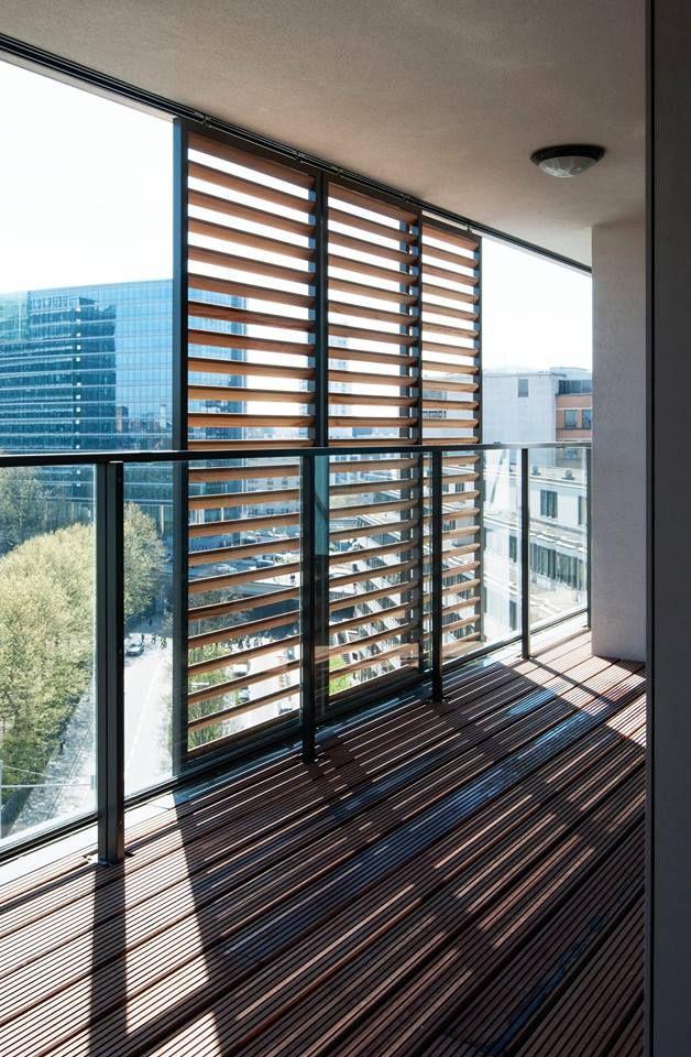 DucoSlide Wood bestaat uit een combinatie van mobiele houten lamellen en een aluminium kader.