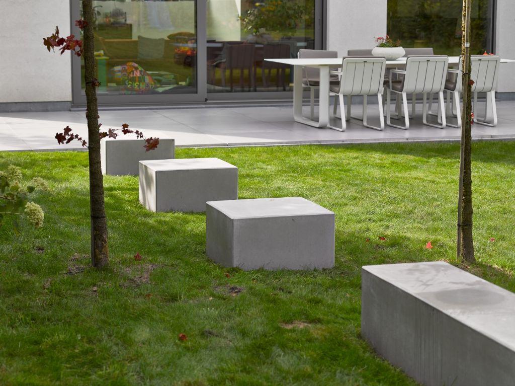 Un élément décoratif ludique qui rehausse classiquement la qualité de votre jardin : les cubes de siège en béton. Ils donnent à votre jardin du volume et vous permettent de les utiliser comme poufs pratiques.