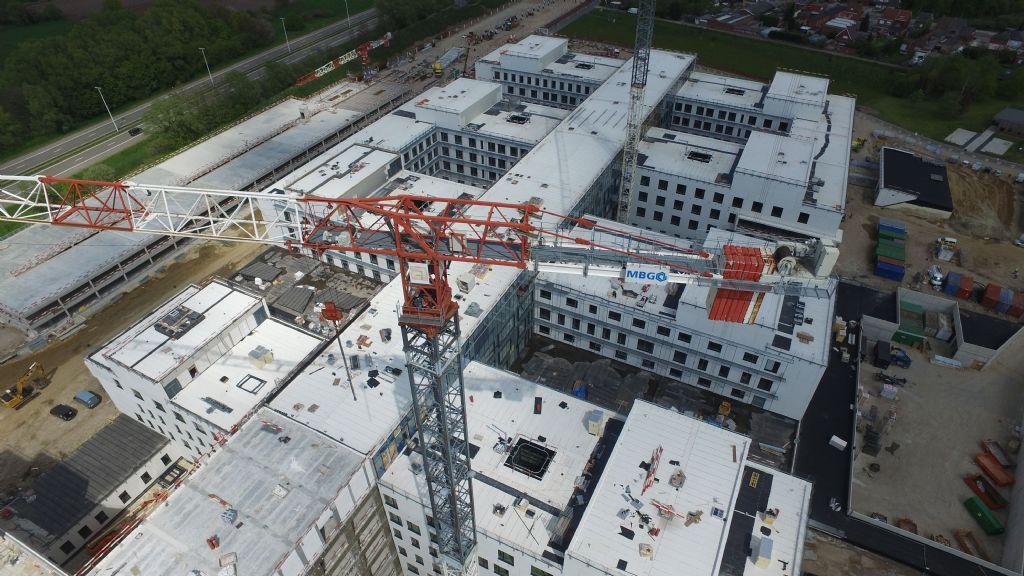 Het nieuwe AZ Sint-Maarten vanuit de lucht. De ruwbouwwerkzaamheden zijn inmiddels zo goed als klaar.