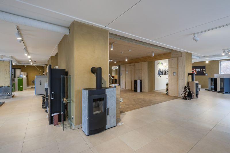 De showroom bestrijkt het volledige gelijkvloerse niveau. (Foto: Marc Sourbron)