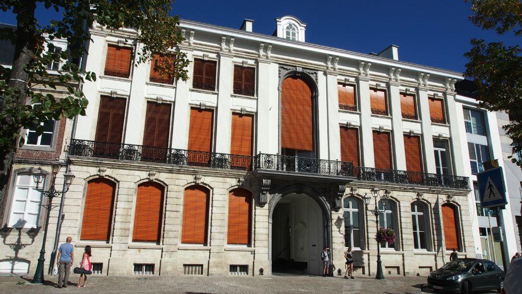 De voorkant van De Tinnen Schotel werd opnieuw voorzien van verticale cannelures op de pilasters en een houten zonwering. (Foto: Rimanque)