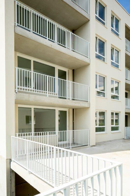 De appartementen beschikken elk over een terras met zicht op de gemeenschappelijke groenzones.
