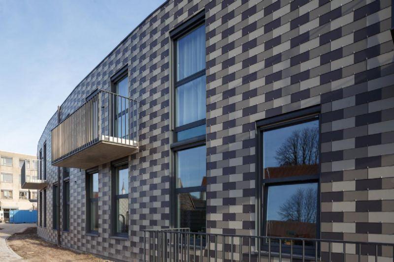 AMV Architecten schenkt seniorenwoningen in Eeklo speels uiterlijk met Alterna-leien