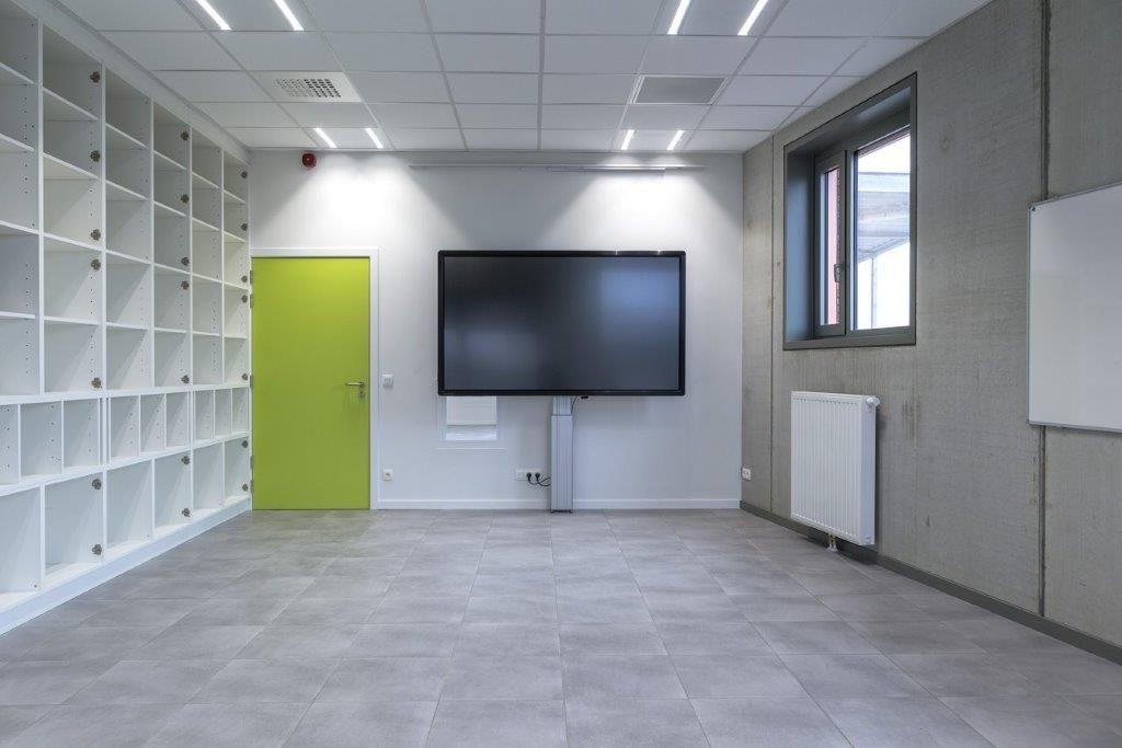 De klaslokalen zijn geen afgesloten coconnetjes, maar ruimtes die onderling samen te voegen zijn en naadloos overlopen in het gemeenschappelijke binnengebied. (Beeld: Régine Mahaux)