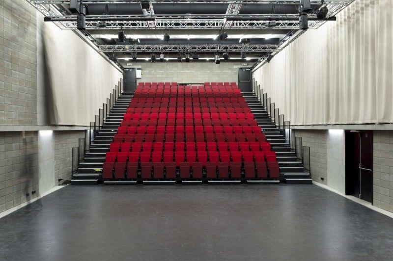 De verbouwingen van theater De Kriekelaar door AgwA gebruikt een doos in een doos-principe