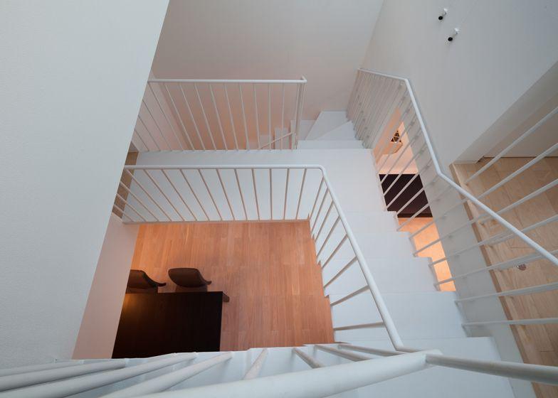 De open trap in combinatie met een dakraam zorgt voor binnenvallend licht.