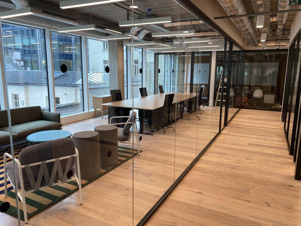 Les circulations, les services et les techniques étant installés dans le noyau central, les espaces de travail sont bien exposés à la lumière naturelle.