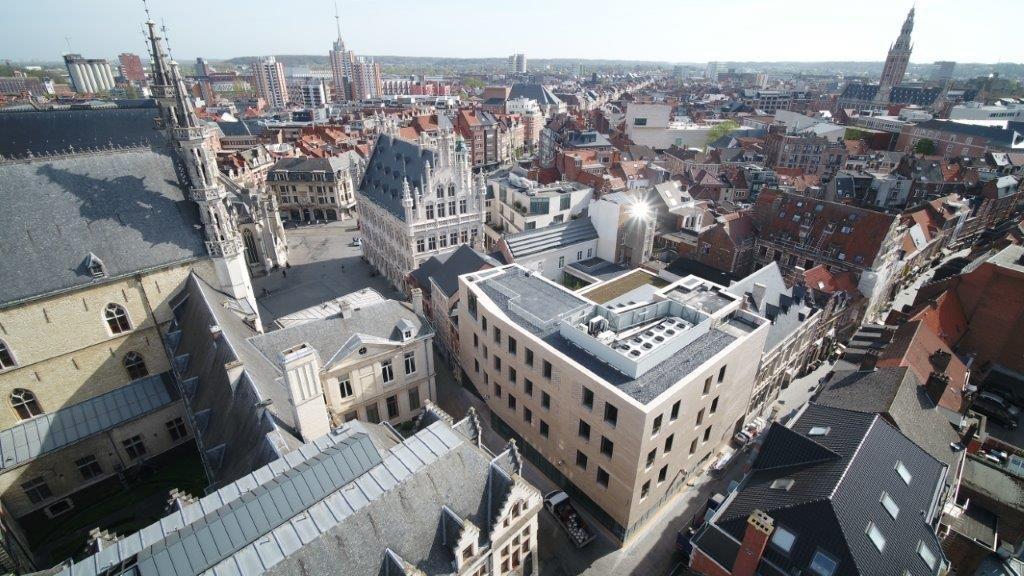 Het project omvatte de restauratie en renovatie van twee beschermde gebouwen en de bouw van een nieuwe vestiging op de site van de Vlaamse Leergangen, dat werd gesloopt.