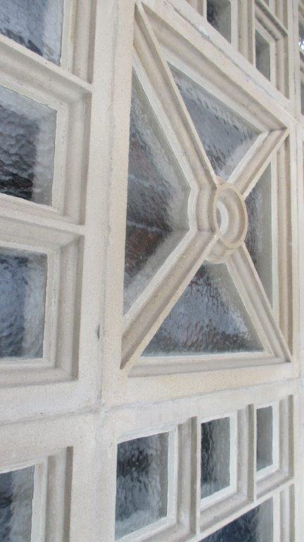 De sterk aangetaste claustra's na restauratie.