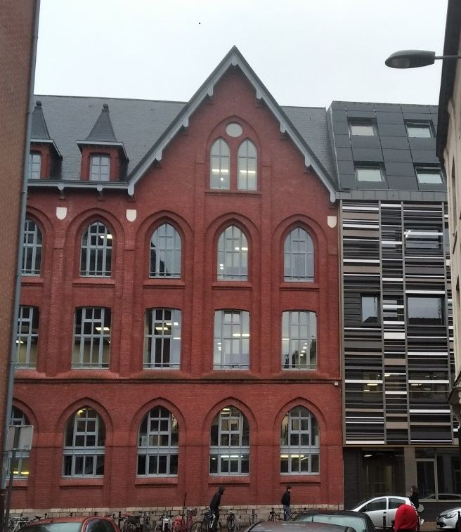 A gauche, un immeuble traditionnel et énergivore au possible. A droite, un immeuble à énergie positive.