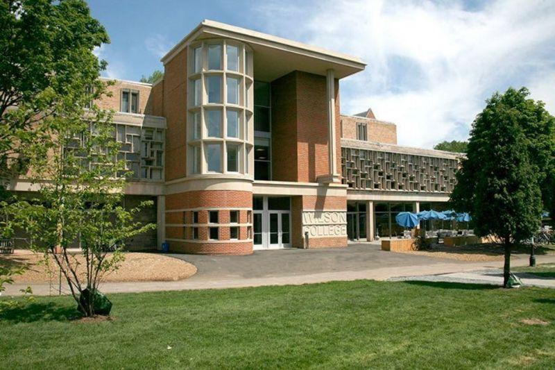 Ook voor de universiteit waar hij doceerde maakte Graves ontwerpen. Dit is de Wu en Wilcox Residence in Princeton voorzien van onder andere een eethal van 228 plaatsen.
