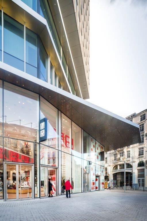 Het spel van horizontale banden en geritmeerde gevelelementen zorgt ervoor dat het Muntcentrum zich meer dan ooit profileert als 'landmark'. (Beeld: Nathalie Van Eygen)