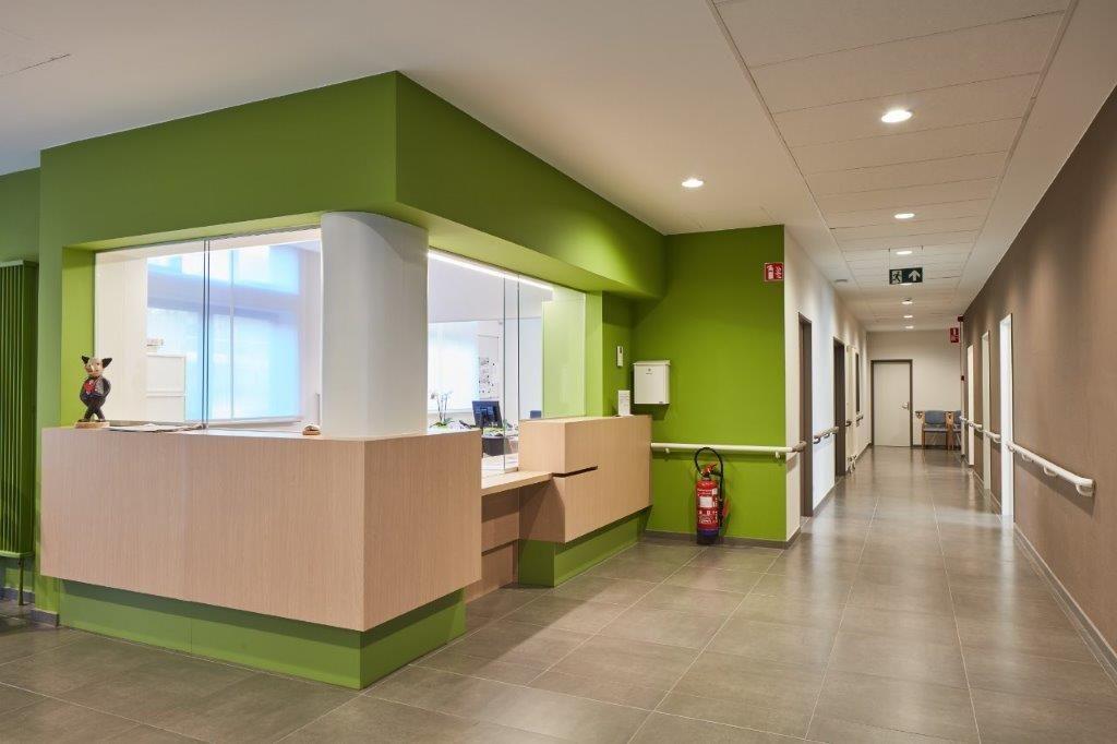 De administratieve ruimtes op het gelijkvloers van het bestaande complex zijn volledig opgeknapt. (Beeld: DE VLOED ARCHITECTS)