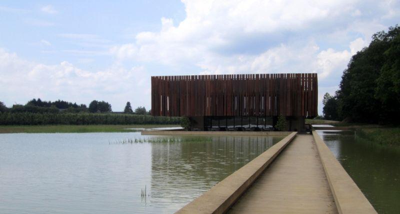 Crematorium Hofheide in Holsbeek naar ontwerp van Coussée & Goris en RCR Arquitectes; Landschapsontwerp door ontwerpbureau OMGEVING.