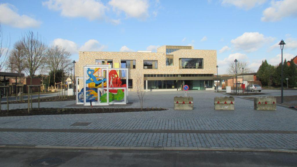 Een kleurrijk kunstwerk siert het dorpsplein voor het NAC. (Beeld: Tim Janssens)