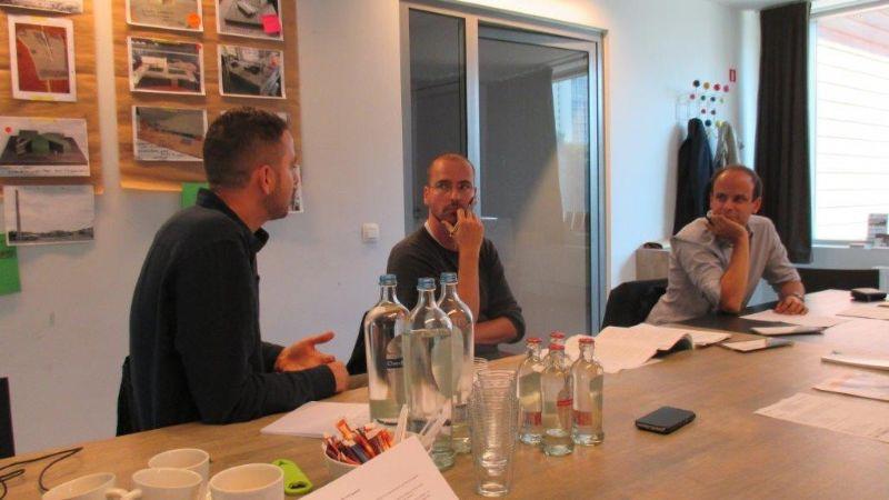 Ward Verbakel en Tom Thys in discussie met Yen Mertens van Scholen van Morgen, die aandachtig luisterde en de opmerkingen van de architecten constructief opvatte.