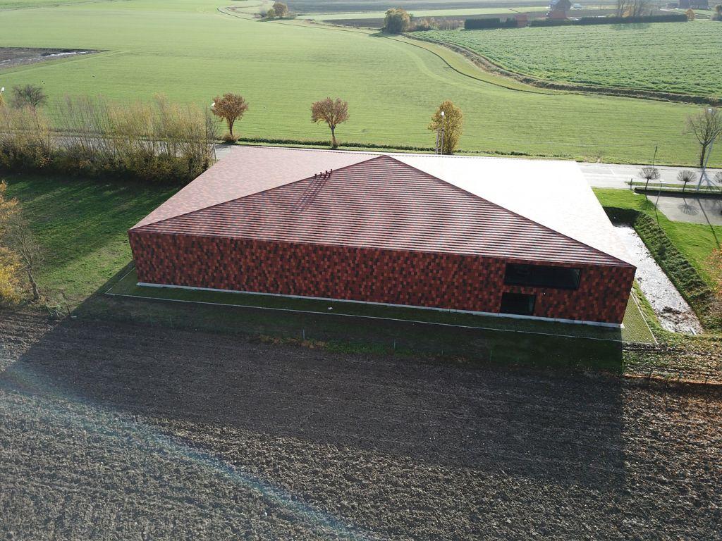 Het erfgoeddepot is opgetrokken te midden van velden en boerderijen, vlak bij het militaire kerkhof Saint-Charles de Potyze en naast provinciehuis Potyze. (Foto: Piet-Albert Goethals)