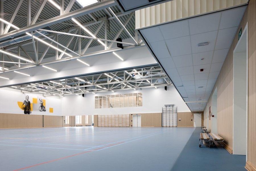 Comment résoudre au mieux la réverbération dans un hall sportif ?