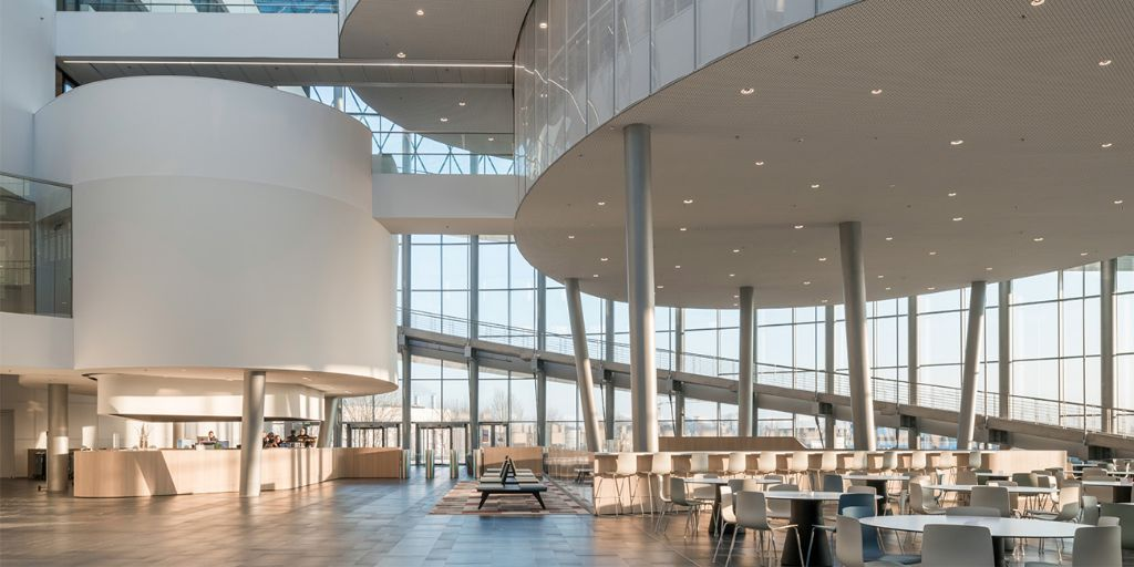 De grote volumes, zoals het opleidingscentrum en de R&D-faciliteiten, zijn betonconstructies met kolommen. (Foto: Jaspers-Eyers Architects)
