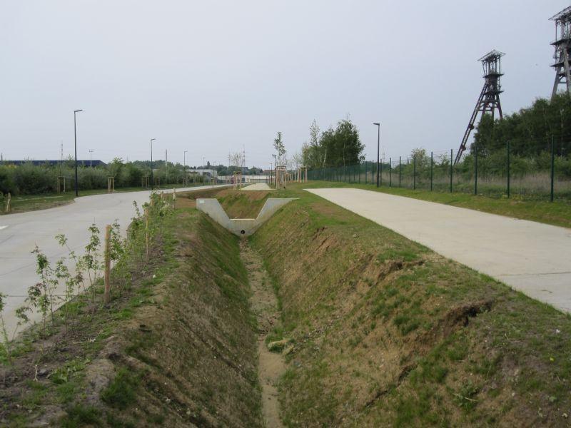 Technum moest een creatieve oplossing bedenken voor de lokale waterafvoerproblematiek. Als de wadi's onder de schachtbokken vol zijn, komt het resterende water terecht in een brede gracht langs de centrale toegangsweg.
