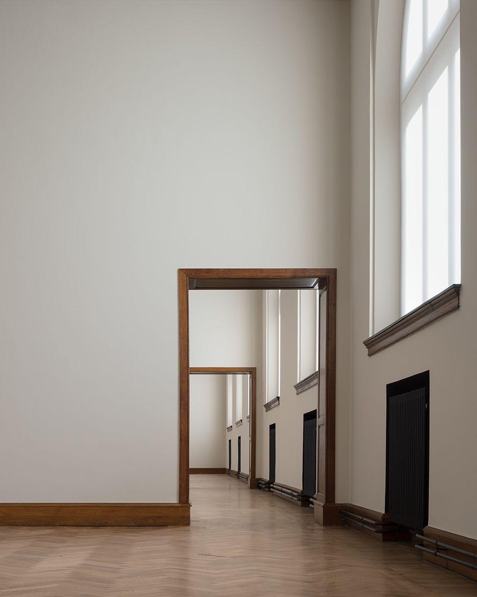 """""""Op de eerste verdieping verbinden grote ramen visueel de heldere, modernistische interieurs met de omgeving."""""""